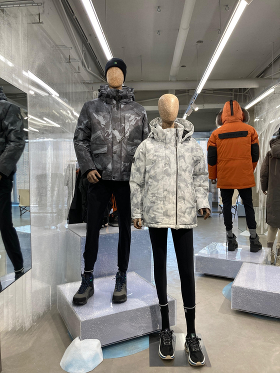 Mannequins made of environmentally friendly materials are displayed at an unnamed store. Outdoor wear company Kolon Sport on Tuesday said it has developed mannequins made of sawdust and environmentally friendly substances to replace plastic and chemical glue.[KOLON FNC]