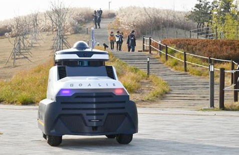 An autonomous patrol robot roams a park in Siheung, Gyeonggi, on Tuesday. According to the Siheung city government, the patrol robot developed by the automobile parts developer Mando will patrol the park between 6 p.m. and 11 p.m. three times a week until November 2022. [SIHEUNG CITY]