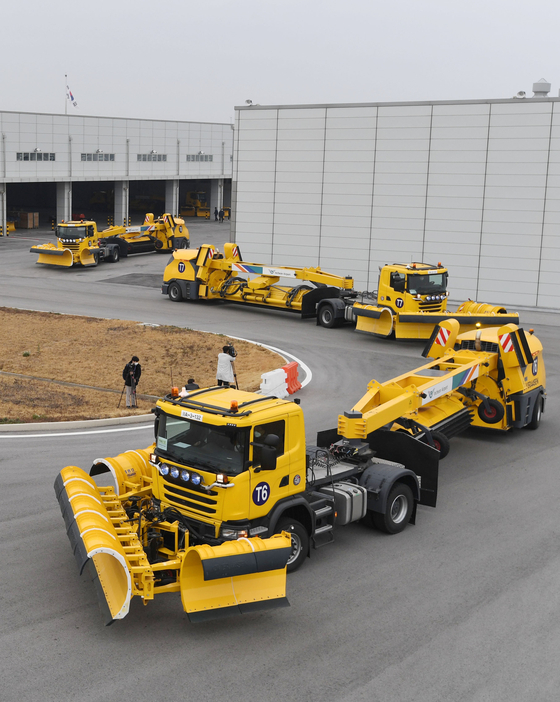 Snow plow trucks train at the Incheon International Airport on Tuesday in preparation of the winter season. While Korea remains open, the number of people traveling by air has dropped sharply. Airlines have been increasing air cargo services in order to minimize losses. [YONHAP]