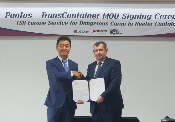 Lee Yong-ho, director of Pantos Logistics, shakes hands with a representative of TransContainer during a memorandum of understanding (MOU) ceremony in January for an exclusive contract for TSR railroad transport. [PANTOS]