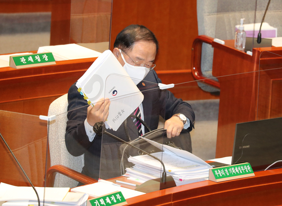 Finance Minister Hong Nam-ki, at the National Assembly in Yeouido on Tuesday where the National Assembly lawmakers are questioning on next year's budget. [YONHAP]