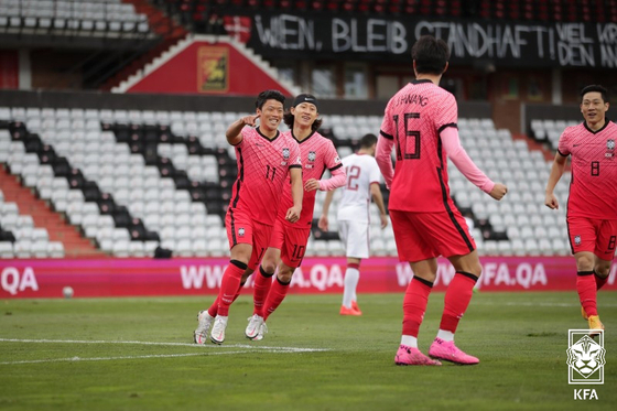 Hwang Hee-chan, left, celebrates with his teammates after scoring an opener only 16 seconds into the match during a friendly against Qatar at BSFZ Arena Admiral Stadium in Austria on Tuesday. [KFA]