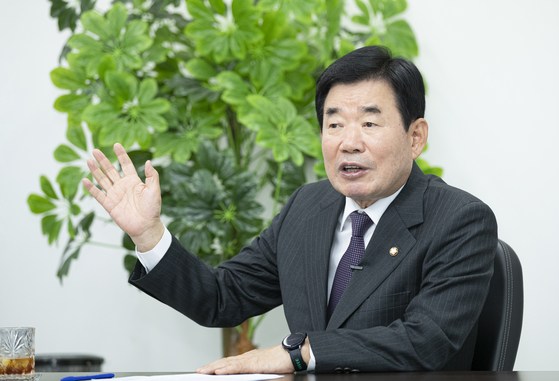 Ruling Democratic Party (DP) Rep. Kim Jin-pyo, the head of the Korea-Japan Parliamentarians' Union, speaks in an interview Tuesday at his office in Suwon, Gyeonggi, after his Tokyo trip last week. [LIM HYUN-DONG]