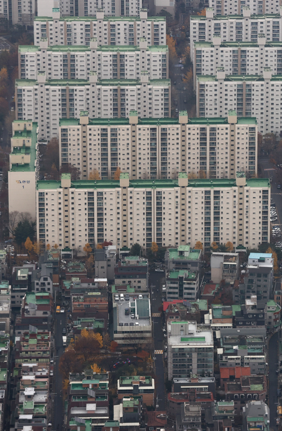 A view of apartments from Seoul Sky at the top of the Lotte World Tower in Songpa District, southern Seoul on Wednesday. According to the government, it will announce new measures to curb jeonse prices on Thursday. [YONHAP]
