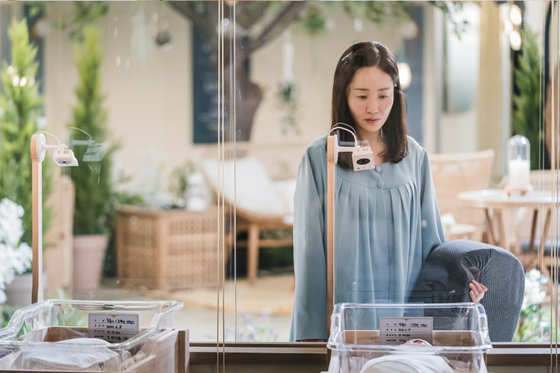 Actor Uhm Ji-won portrays Oh Hyun-jin, a workaholic struggling with motherhood at a postnatal care center. [TVN]