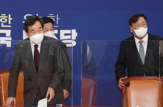 Ruling Democratic Party (DP) Chairman Rep. Lee Nak-yon, left, and floor leader Rep. Kim Tae-nyeon, right, sit down for a meeting to announce the party will move forward with revising a law governing the launch of a new corruption investigation agency. [OH JONG-TAEK]