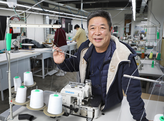 Lee Sang-tae, chairman of the Korea Sewing Fashion Association and the Sewing Design Eeum Cooperative, talks with the Korea JoongAng Daily earlier this month at Co-working Factory in Yongsan District, central Seoul, which remodeling work was funded by the Seoul Metropolitan Government to connect nearby seamsters and seamstresses with outsiders to help raise interest in the local sewing business. [PARK SANG-MOON]