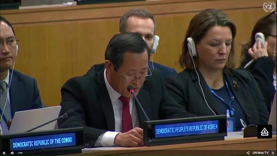 Kim Song, the North Korean ambassador to the United Nations, speaks to the Third Committee of the UN General Assembly in New York Wednesday, protesting a resolution on North Korea's human rights situation. [YONHAP]