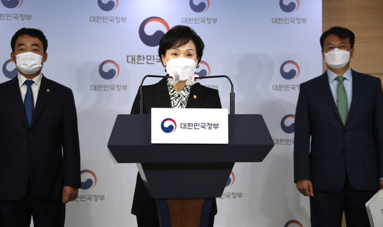 Land Minister Kim Hyun-mee announces the government plans to supply jeonse housese in stablizing the market including remodeling hotels at the government complex in Seoul on Thursday. [YONHAP]