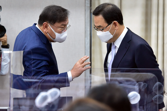 Ruling Democratic Party floor leader Kim Tae-nyeon, left, talks with his counterpart Rep. Joo Ho-young from the opposition People Power Party during the National Assembly's audit of the Blue House on Nov. 4. [OH JONG-TAEK]