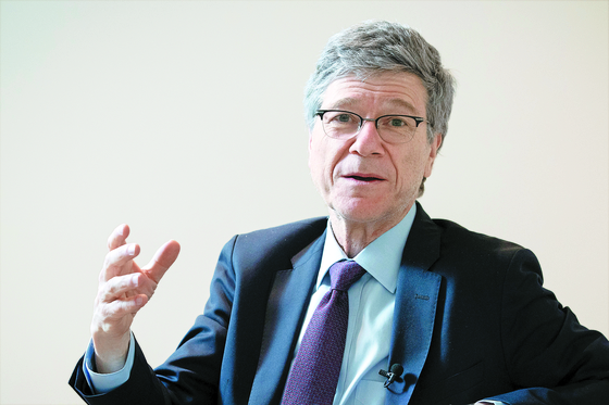 Jeffrey D. Sachs, a professor of economics at Columbia University, warned against the idea of a new Cold War with China in an interview with JoongAng Ilbo. [JANG JIN-YOUNG]