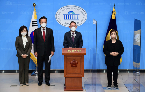 Main opposition People Power Party lawmakers at the National Assembly on Thursday criticize the ruling party's decision to move forward with revising a law on a new corruption investigation agency. [YONHAP]