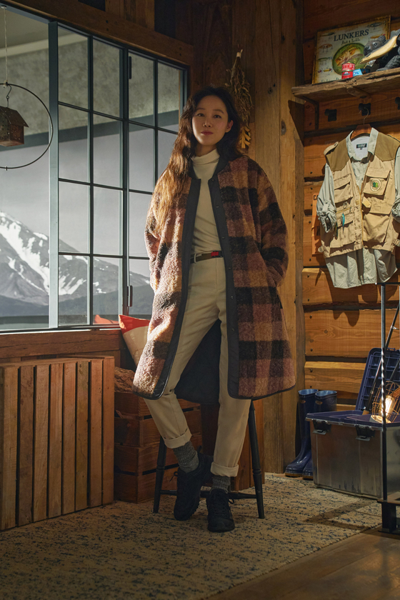 Actor Gong Hyo-jin poses in Kolon Sport's new reversible long fleece jacket that can also be worn as a padded jacket. [KOLON SPORT]