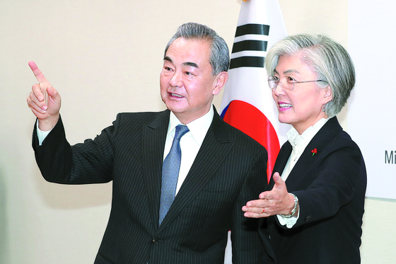 Chinese Foreign Minister Wang Yi, left, meets with Korean Foreign Minister Kang Kyung-wha during his last visit to Seoul in December last year. [NEWS1]