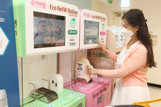 A model introduces an Eco Refill Station at Emart's Seongsu branch in eastern Seoul. [NEWS1]