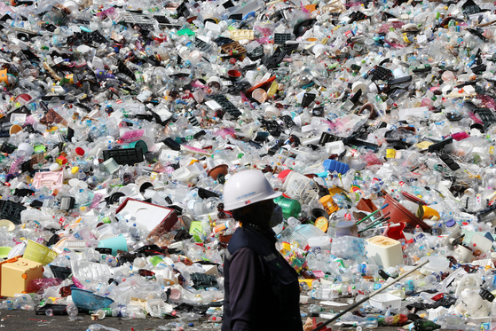 A worker at a recycling center in Suwon, Gyeonggi, on Oct. 5. [NEWS1]