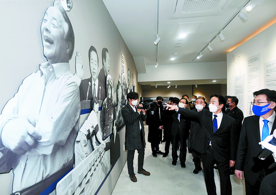 The Kim Young Sam President Memorial Library, a public library commemorating the late President Kim Young-sam, opened in Dongjak District, southern Seoul on Friday, five years after the icon of Korean democracy died. Kim served as the 14th president of South Korea from 1993 to 1998 before passing away in 2015 at the age of 88. As one of the most powerful political challengers to the country's authoritarian leaders, Park Chung Hee and Chun Doo Hwan, Kim's presidency helped the country peacefully move from decades of military juntas to civilian rule. [YONHAP]