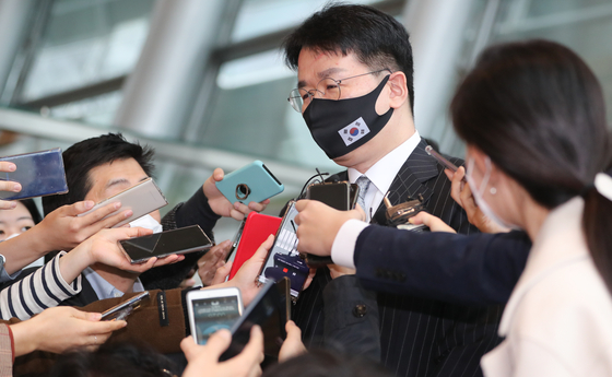 Hanjin KAL Chairman Cho Won-tae answers reporters' questions after a Korea-U.S. business leader meeting held in Yeouido, western Seoul, last week. [NEWS1]
