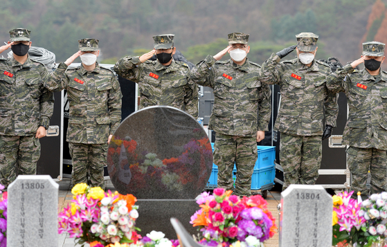 At Daejeon National Cemetery on Sunday, marines pay their respects to two marines killed in artillery shelling by North Korea on Yeonpyeong Island on Nov. 23, 2010. Two marines and two civilians were killed and 30 marines were injured in the shelling.   [KIM SEONG-TAE]