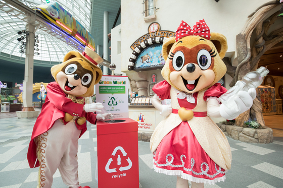 Lotte World mascots Lotty and Lorry promote a recycling program for plastic bottles at the amusement park in Songpa District, southern Seoul. [YONHAP]