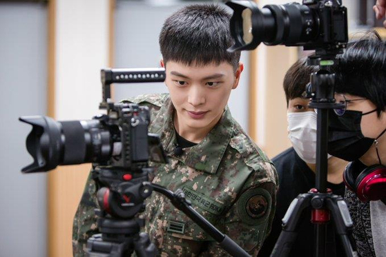 Singer Yook Sung-jae of boy band BtoB takes part in the Military Manpower Administration's ″Pride in Military″ campaign to heighten the social awareness on mandatory military duties [MMA]