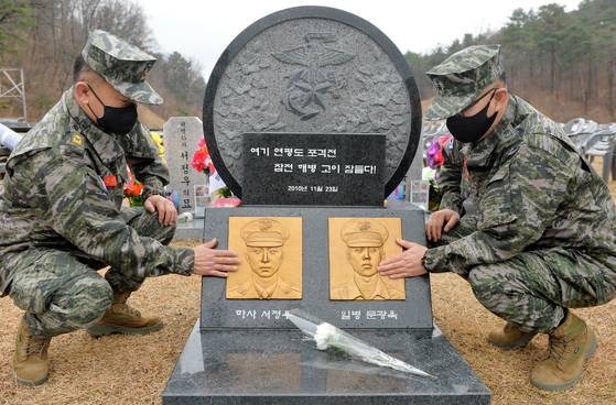 Marine Corps servicemen pay respects on Sunday at a memorial to the two marines who died during the North Koreans' shelling of Yeonpyeong Island in 2010. Monday marked the 10th anniversary of the incident. [KIM SUNG-TAE]