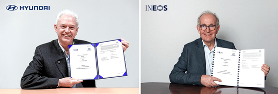 Albert Biermann, head of Hyundai Motor's research and development division, left, and Peter Williams, technology director at Ineos, pose for a photo after signing a memorandum of understanding to cooperate on exploring new opportunities in the global hydrogen economy. [HYUNDAI MOTOR]