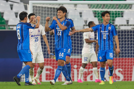 Ulsan Hyundai FC defender Kim Kee-hee, center, celebrates after scoring during the AFC Champions League Group E match against China's Shanghai Shenhua on Nov. 21. [AFP/YONHAP]