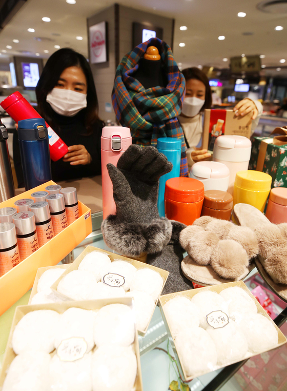 Models promote health and winter products for students who are taking the upcoming College Scholastic Ability Test (CSAT), which is scheduled for Dec. 3, at Lotte Department Store's Daegu branch on Monday. According to the department store, it offers the products at a discount of up to 30 percent. [YONHAP]