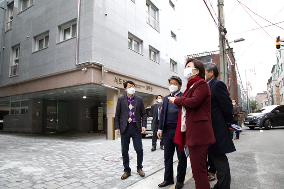 Minister of Land, Infrastructure and Transport Kim Hyun-mee and other lawmakers inspect rental housing during an on-site conference for leased homes in Gangdong District, eastern Seoul, on Friday. [YONHAP]