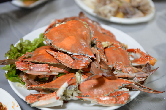 A plate of steamed crabs. [LIETTO]