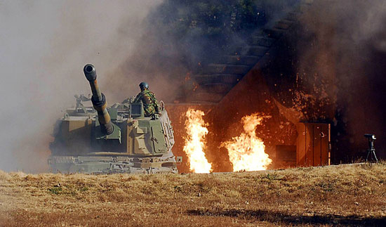 A photograph taken during the North Koreans' shelling of Yeonpyeong Island on Nov. 23, 2010, shows a South Korean K-9 howitzer returning fire at the North. [MARINE CORPS]