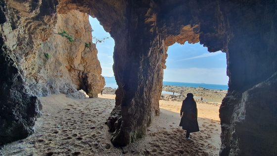A cave on Padori Beach in Taean County is popular among tourists as a photo backdrop. [LIETTO]