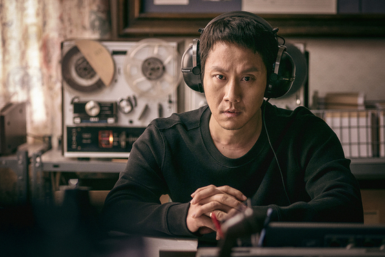 Actor Jung Woo portrays a police detective Dae-kwon, who goes undercover as a friendly next-door neighbor of a politician named Eui-sik under a house arrest to keep him under surveillance. [LITTLE BIG PICTURES]