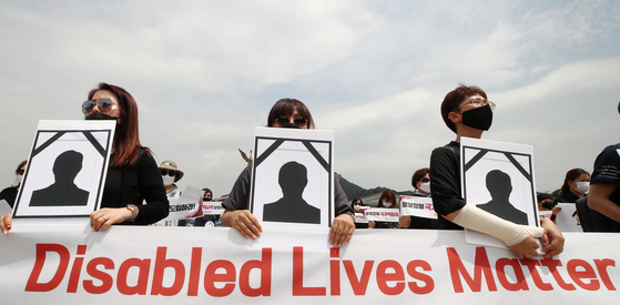 Family members of people with developmental disabilities hold a rally near the Blue House on June 10, 2020, to demand better welfare services from the government, following a pair of apparent suicide-homicides by parents of children with disabilities since the outbreak of the coronavirus. [YONHAP]