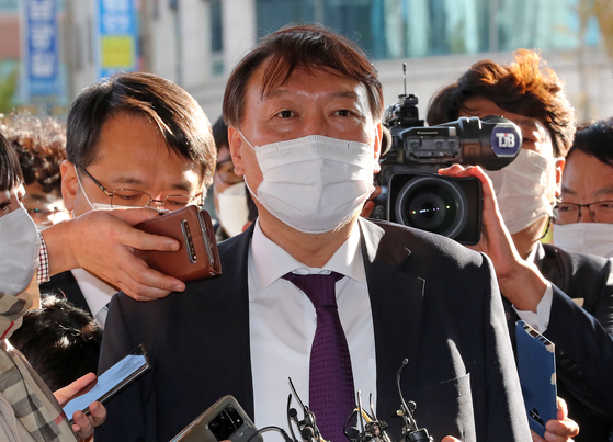 In this file photo, Prosecutor General Yoon Seok-youl enters the Daejeon District Prosecutors' Office to meet with prosecutors on Oct. 29, 2020. He resumed the regional tour of prosecutorial offices after eight months.  [YONHAP]