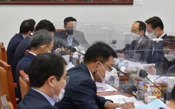 Lawmakers attend a meeting to discuss next year's budget at the National Assembly in Yeouido, western Seoul. [YONHAP]
