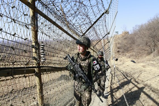 A barbed wire fence on the DMZ in Yeoncheon County, Gyeonggi. The photograph is not directly related to the story. [KOREAN ARMY]