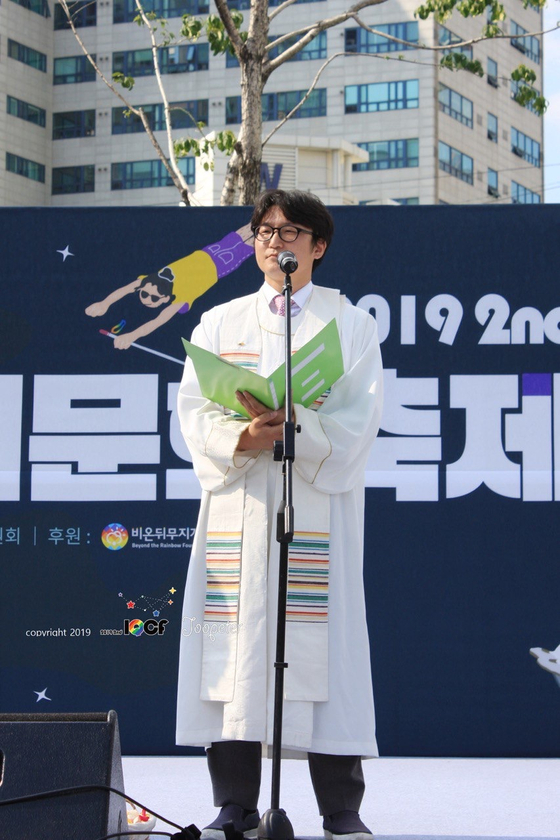 Pastor Lee Dong-hwan gives a blessing on Aug. 31, 2019, at the 2nd Incheon Queer Culture Festival. [YONHAP]