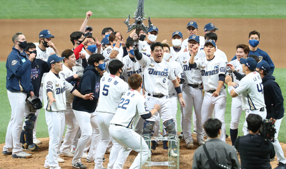 The NC Dinos celebrate after picking up a 4-2 victory against the Doosan Bears in Game 6 of the Korean Series at Gocheok Sky Dome in western Seoul on Tuesday. With the win, the Dinos took their first-ever Korean Series title. [YONHAP]