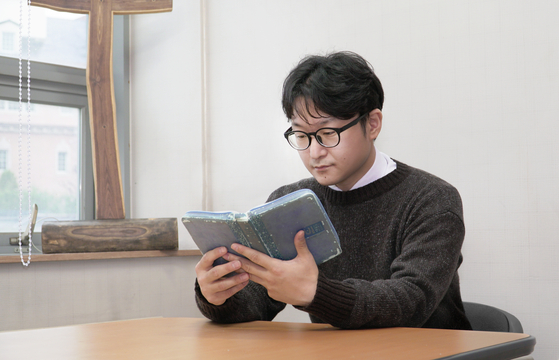 Pastor Lee Dong-hwan sits down for an interview with the Korea JoongAng Daily in his office in central Seoul. [JEON TAE-GYU]