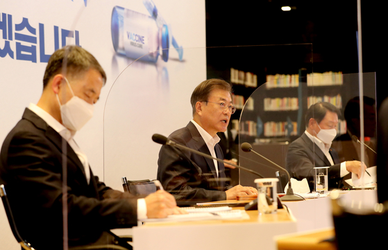 On Oct. 15, President Moon Jae-in, middle, visits SK Bioscience and urges researchers to develop Covid-19 vaccines as early as possible. The president is flanked by Health and Welfare Minister Park Neung-hoo, left, and SK Group Chairman Chae Tae-won, right. [JOINT PRESS CORPS]
