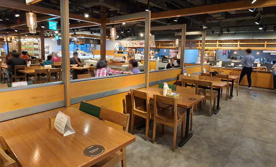 A buffet restaurant sits nearly empty in Seoul after resuming operations in early October, after being closed for two months. [YONHAP]