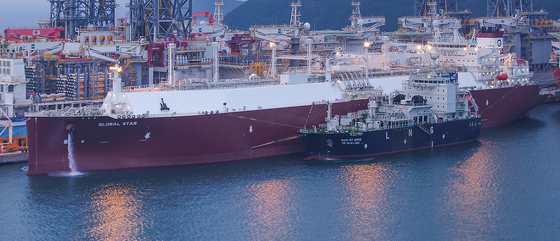A bunkering vessel loading liquefied natural gas to a ship for transportation at Daewoo Shipbuilding & Marine Engineering's dockyard in Geoje, South Gyeongsang. [DSME]