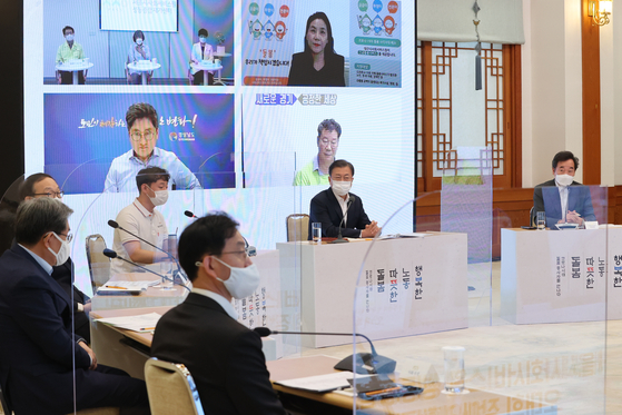 President Moon Jae-in, second from right, holds a virtual meeting with caregivers to listen to their suggestions on Oct. 8, 2020. [YONHAP]