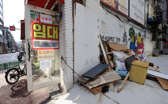 Over 20,000 commercial businesses in Seoul, such as restaurants and PC cafes, shut down during the second half of this year in the aftermath of the Covid-19 epidemic. In this file photo, signs are posted on a building in Sinchon, western Seoul, to find new tenants.   [YONHAP]