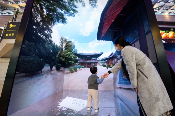The Healing Cube at Gimpo International Airport provides virtual reality tours to Unesco-designated cultural spots in Korea with LED screens. [KOREA CULTURAL HERITAGE FOUNDATION]