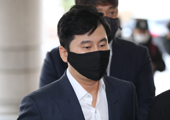 Yang Hyun-suk, founder and former chief of YG Entertainment, enters the Seoul Western District Court in Mapo District on Friday. [YONHAP]