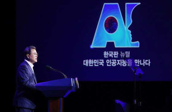 President Moon Jae-in delivers a speech about AI on Nov. 25 at Kintex, Ilsan, Gyeonggi. [YONHAP]
