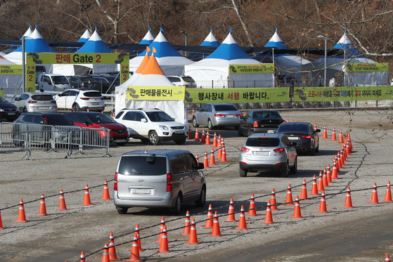 Cars line up Friday to buy soybeans at this year's Paju Jangdan Soybean Festival in Paju, Gyeonggi, which was converted to a drive-through event amid the pandemic. [YONHAP]